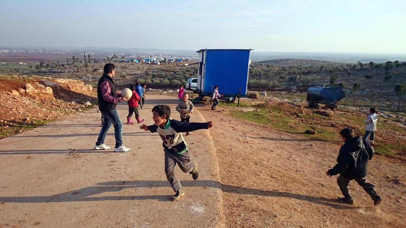 En Syrie, éduquer loin des bombardements avec la caravane magique
