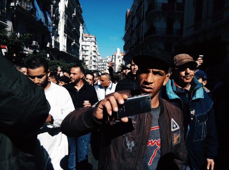 Pourquoi les jeunes marocains et algériens quittent-ils leur pays ?